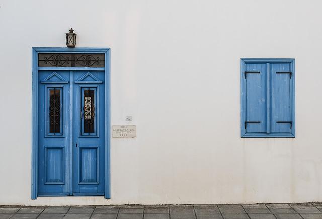 porte-extérieure-bleu-sur-mesure-fenetre-bleu