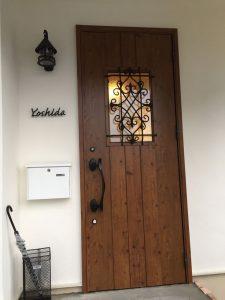 Porte d'entrée en bois marron avec un lanterne