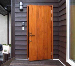 porte marron en bois stratifié avec petit luminaire