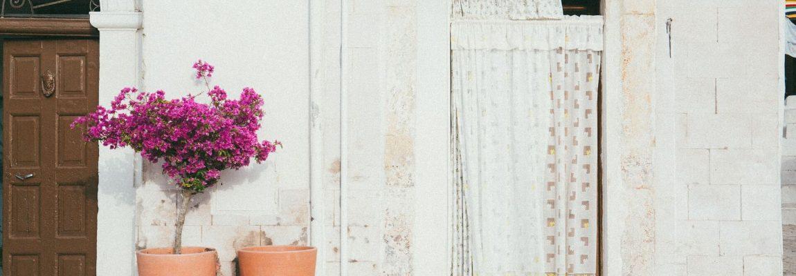 Installer un rideau isolant sur une porte d'entrée : ce qu'il faut savoir